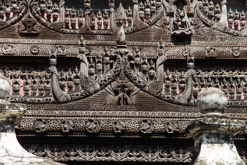 Détail de découpage en bois au monastère de Shwenandaw à Mandalay, Myanmar photographie stock libre de droits