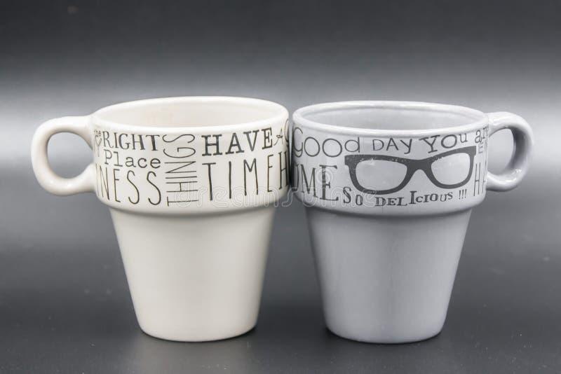 Détail de deux tasses de café vide avec le message de couleur différente photo libre de droits
