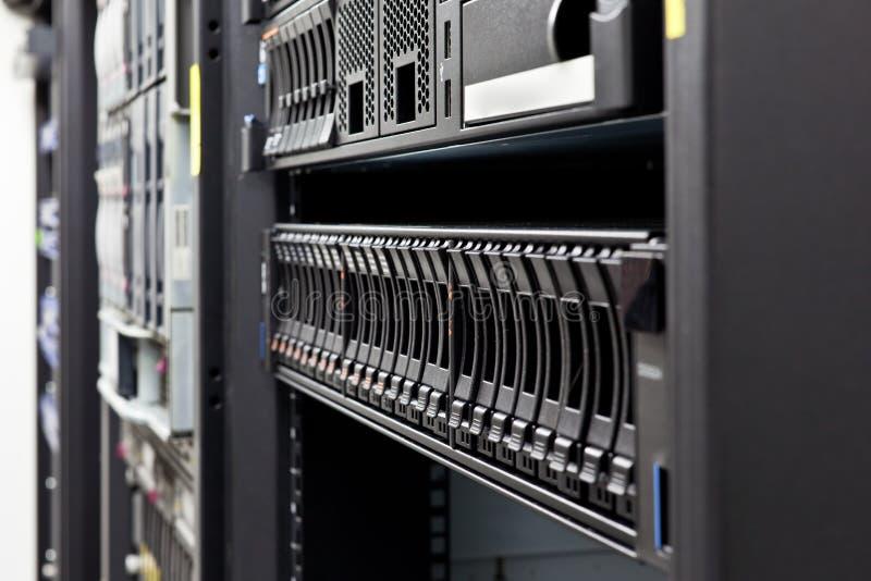 Détail de disques durs d'armoire de serveur photos libres de droits