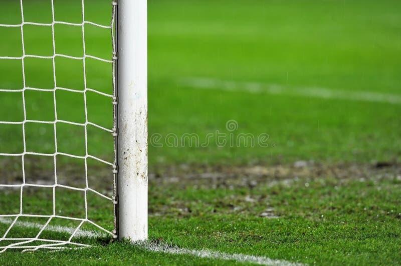 Détail de but du football le jour pluvieux images stock