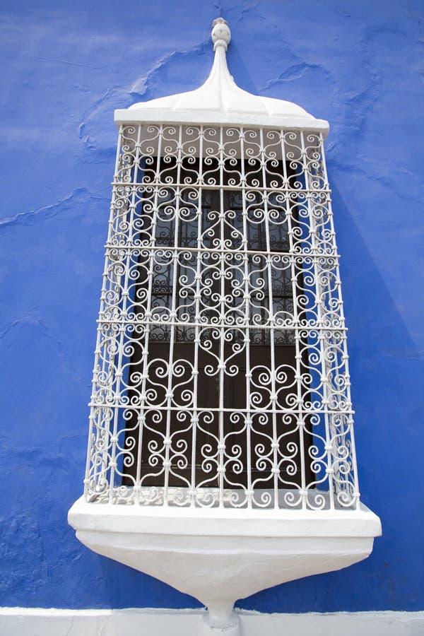 Détail de fenêtre coloniale et architecture à Trujillo - au Pérou photo libre de droits