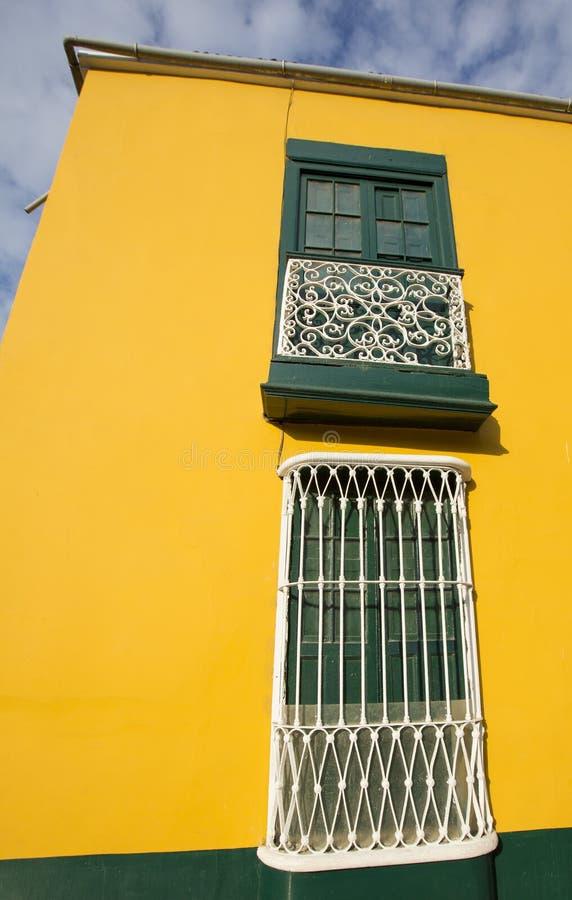 Détail de fenêtre coloniale et architecture à Trujillo - au Pérou image stock