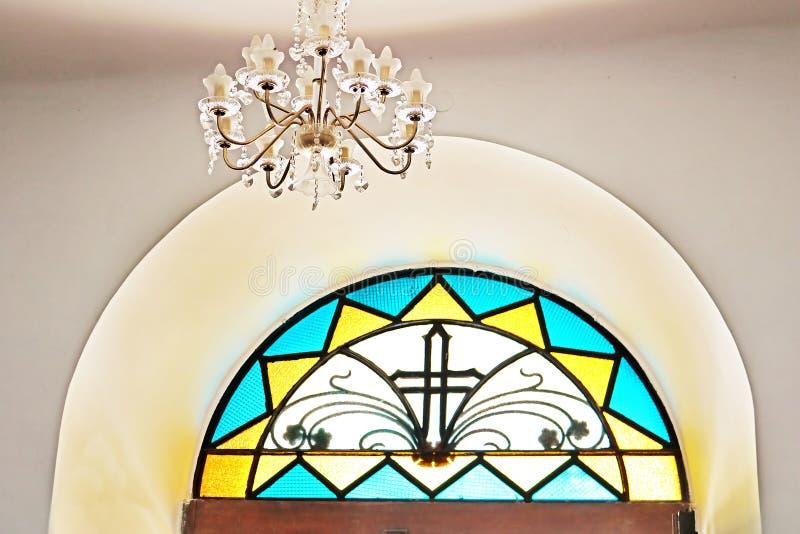 Détail de fenêtre en verre teinté avec la croix, monastère de Dir Rafat photos libres de droits