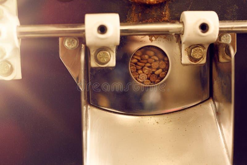 Détail de fenêtre sur une machine moderne de torréfaction de grain de café images libres de droits