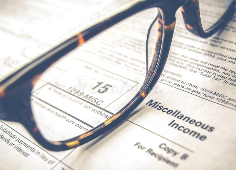 Détail de feuille d'impôt avec des verres images libres de droits