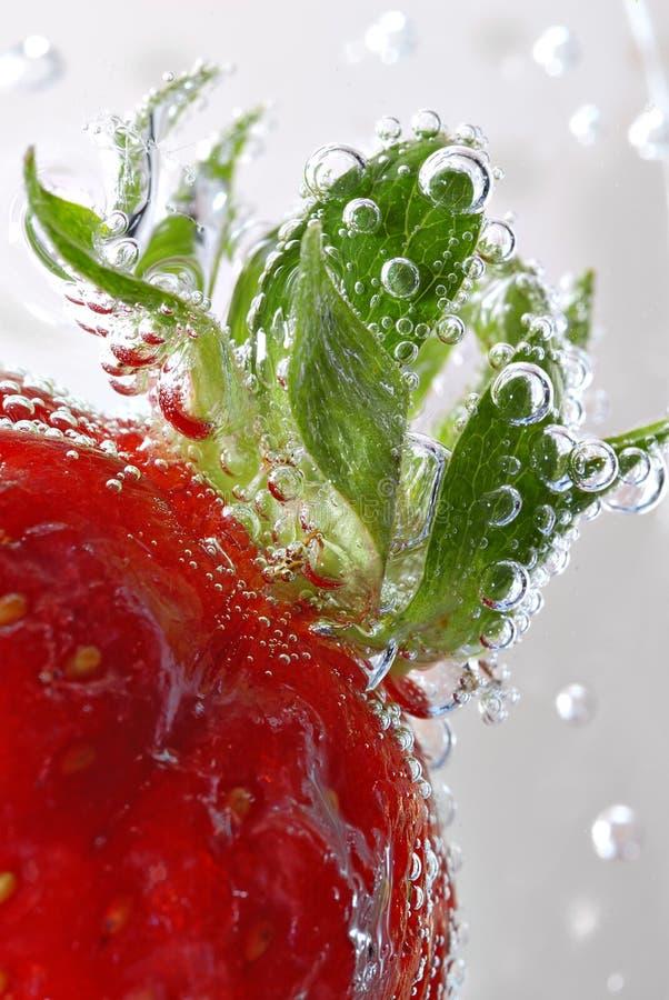 Détail de fraise avec des bulles photos stock