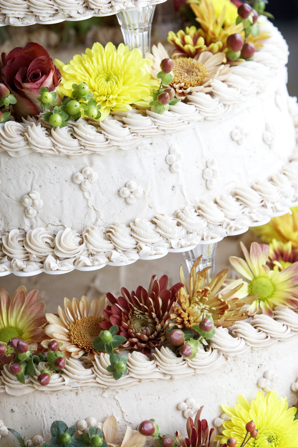 Détail de gâteau de mariage avec des fleurs photos stock