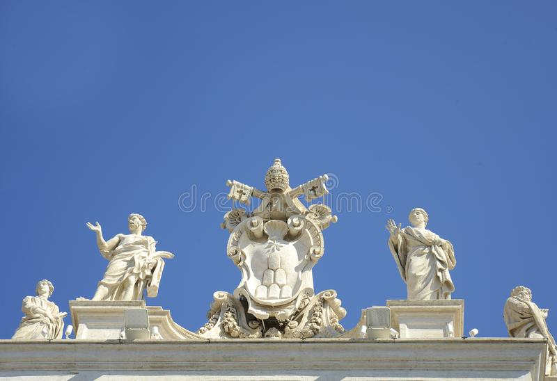 Détail de la colonnade de St Peter baroque avec de belles statues des saints et manteau de pape Alexandre VII des bras Ville du V image libre de droits