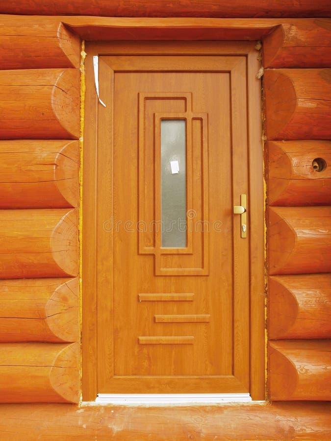Détail de la construction de portes dans le mur de carlingue de faisceaux en bois photographie stock