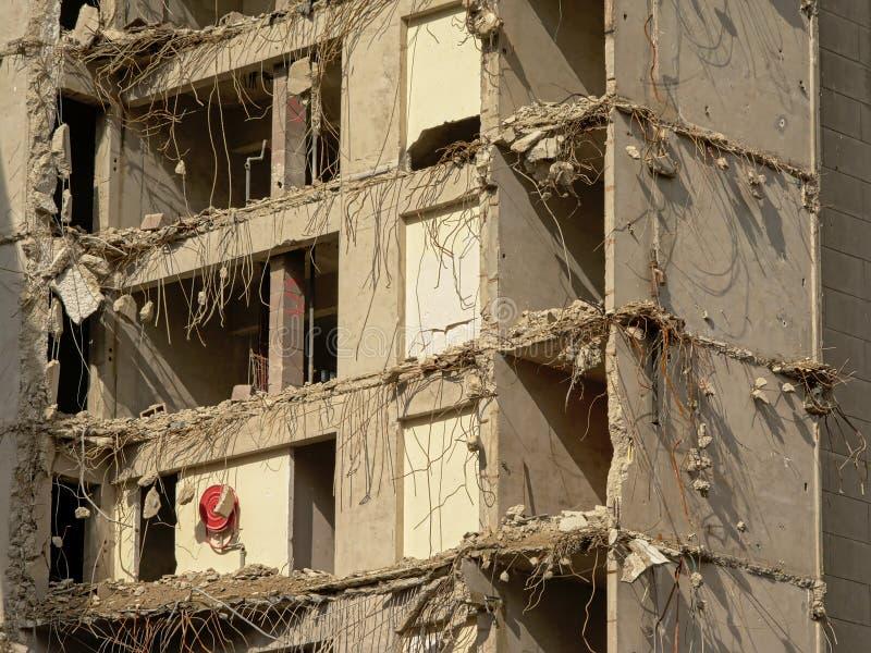 Détail de la démolition d'une vieille tour concrète d'appartement dans le neihgborhood de rabot, Gand images stock