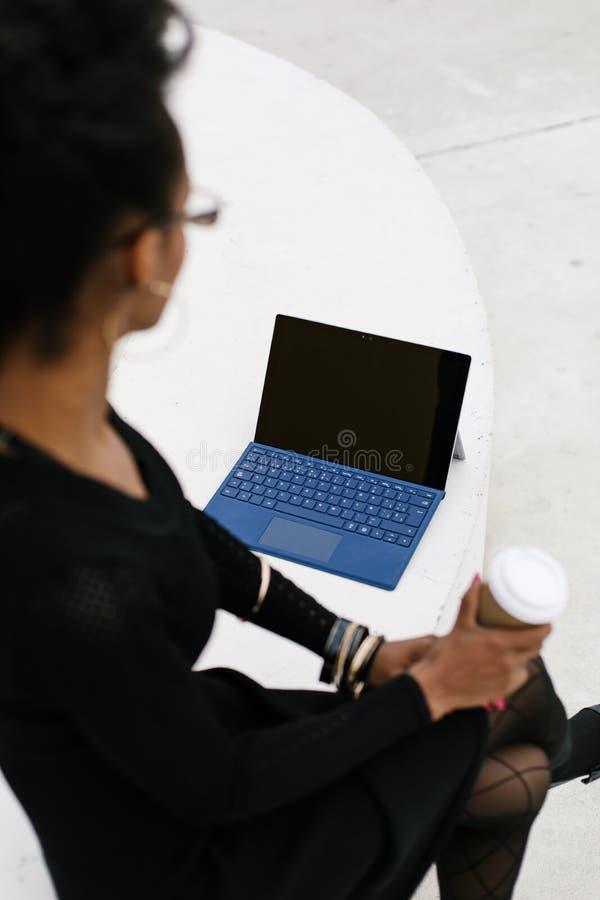 Détail de la femme professionnelle utilisant une tablette convertible image libre de droits