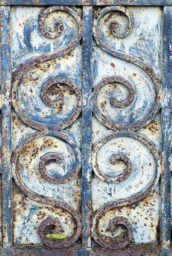 Détail de la ferronnerie sur une vieille porte photo libre de droits