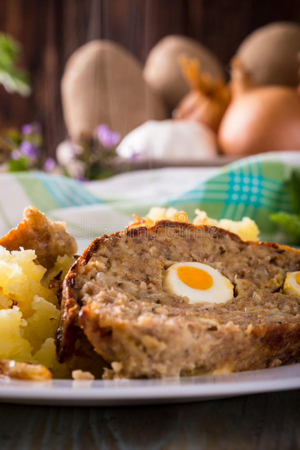Détail de la partie du pain de viande du plat blanc avec de la purée de pommes de terre et les oeufs photo libre de droits