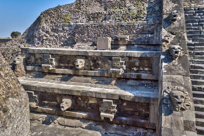 Détail de la pyramide dans Teotihuacan, montrant les têtes de Tlaloc à gauche et le juste fait varier le pas de serpent dans l'ar photos stock