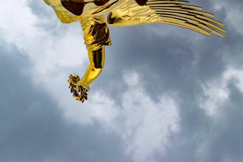 Détail de la statue d'or à la colonne de victoire à Berlin dans un jour nuageux images libres de droits