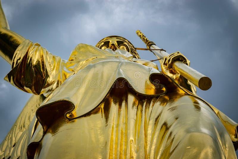 Détail de la statue d'or à la colonne de victoire à Berlin dans un jour nuageux image stock