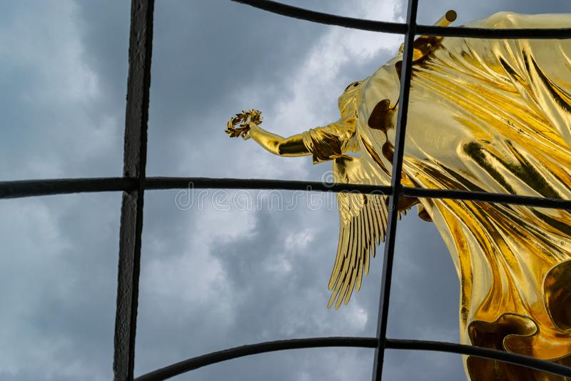 Détail de la statue d'or à la colonne de victoire à Berlin dans un jour nuageux photos libres de droits
