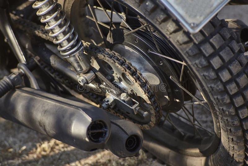 Détail de la transmission enchaînée d'une moto de vintage image stock