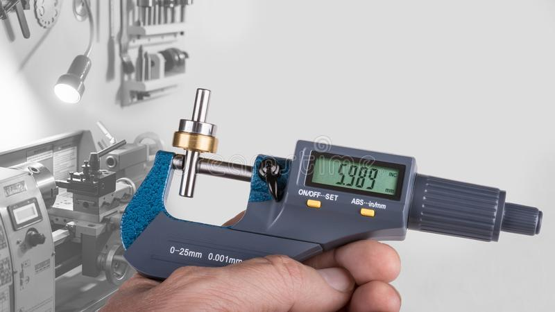 Détail de main humaine avec le micromètre numérique photos libres de droits