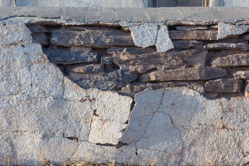 Détail de mur avec le mur en pierre de indication de stuc criqué dessous, sud-ouest américain images stock