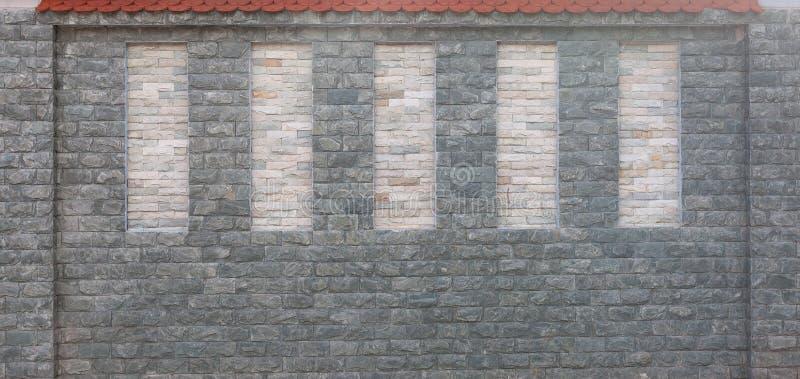 Détail de mur en pierre moderne avec le toit carrelé rouge photos stock