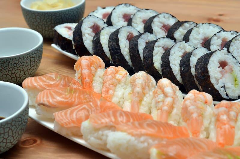 Détail de nourriture du Japon de petits pains de sushi de maki et de sushi de nigiri sur la table images stock