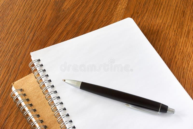 Détail de page de carnet avec l'anneau et la pointe en spirale sur le fond en bois photos libres de droits