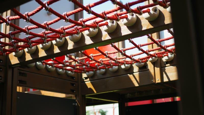 Détail de plan rapproché de corde rouge de terrain de jeu dans un jour d'été à l'école photographie stock