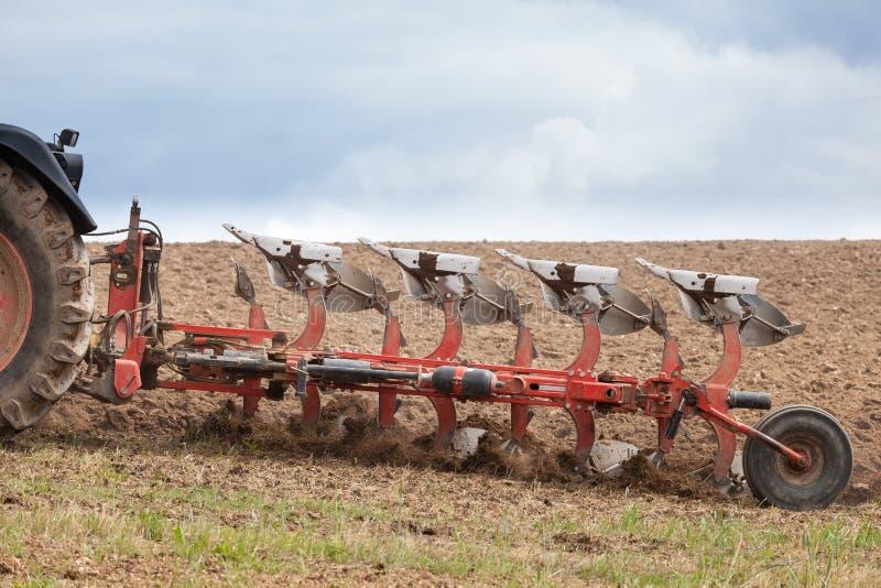 Détail de plan rapproché d'une charrue agricole dans l'action photo libre de droits