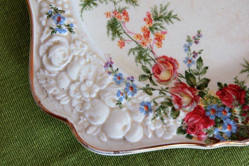 Détail de plat antique de porcelaine photographie stock