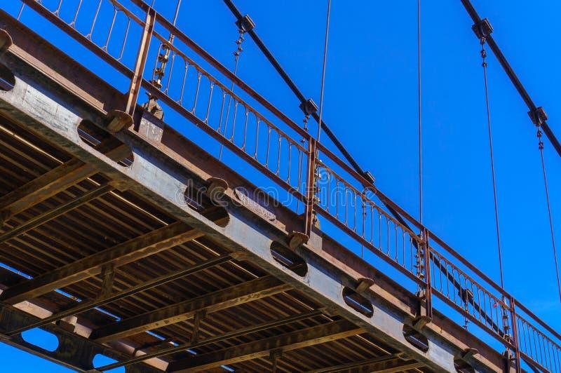 Détail de pont câble-resté au-dessus de rivière Katun dans Altai photos stock