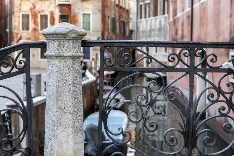Détail de pont classique à Venise photos libres de droits