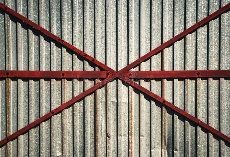 Détail de porte de fer en métal photographie stock libre de droits