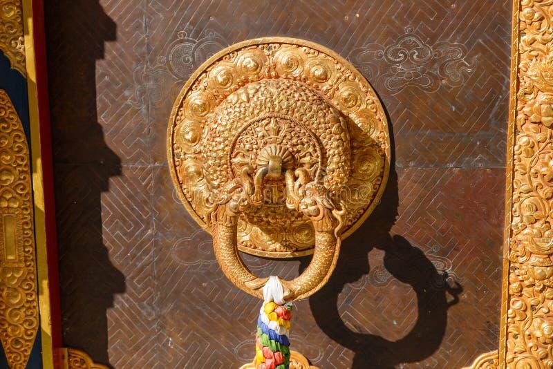 Détail de porte de monastère bouddhiste au Népal photo libre de droits