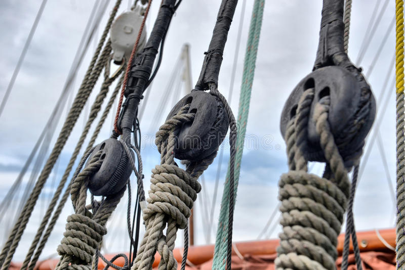 détail de poulies et de cordes de bateau à voiles image stock