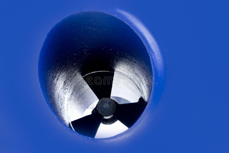 Détail de propulseur d'éjecteur de proue de bateau peint dans le bleu images libres de droits
