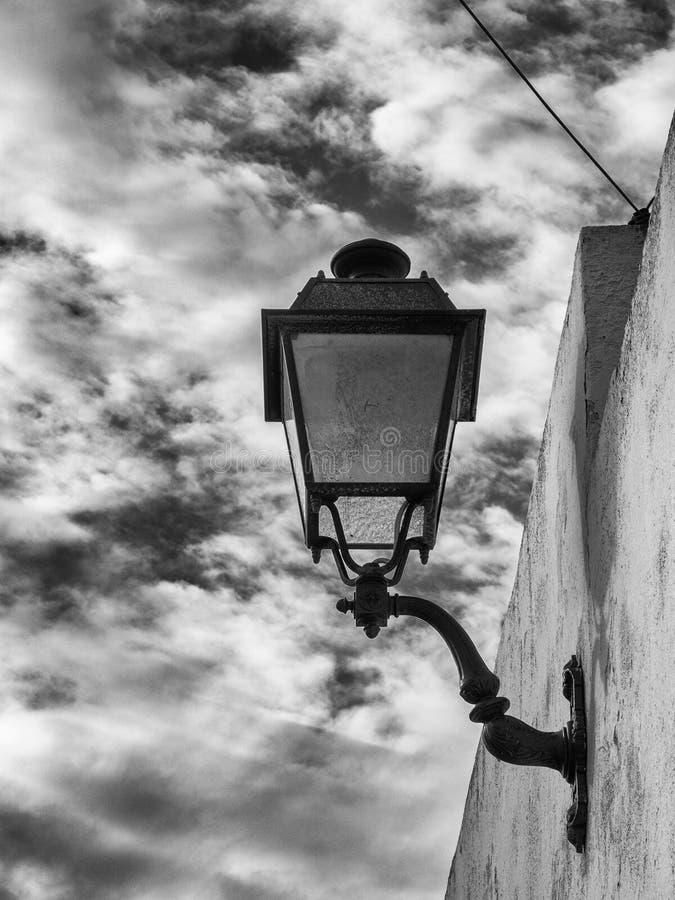 Détail de réverbère dans une petite ville photos libres de droits