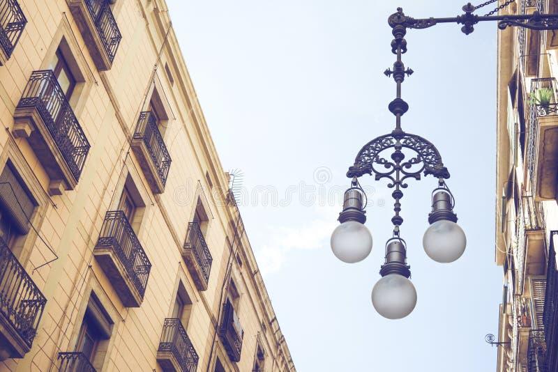 Détail de réverbère typique avec la façade de vieux bâtiments près photos libres de droits