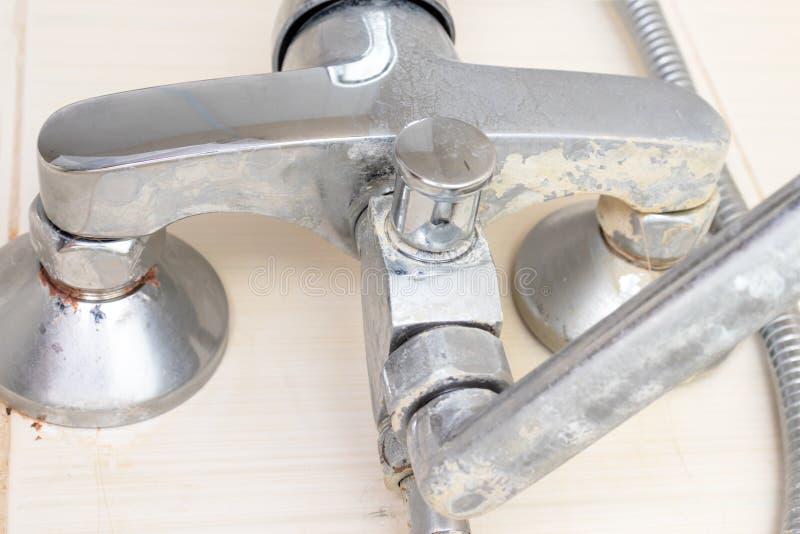 Détail de robinet avec l'échelle de limescale ou de chaux là-dessus, de robinet de mélangeur calcifié et rouillé sale de douche,  photographie stock libre de droits