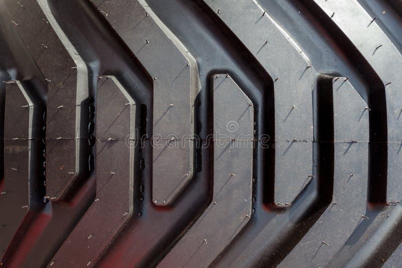 Détail de roue et de pneu lourds de tracteur Haut étroit de bande de roulement photographie stock libre de droits