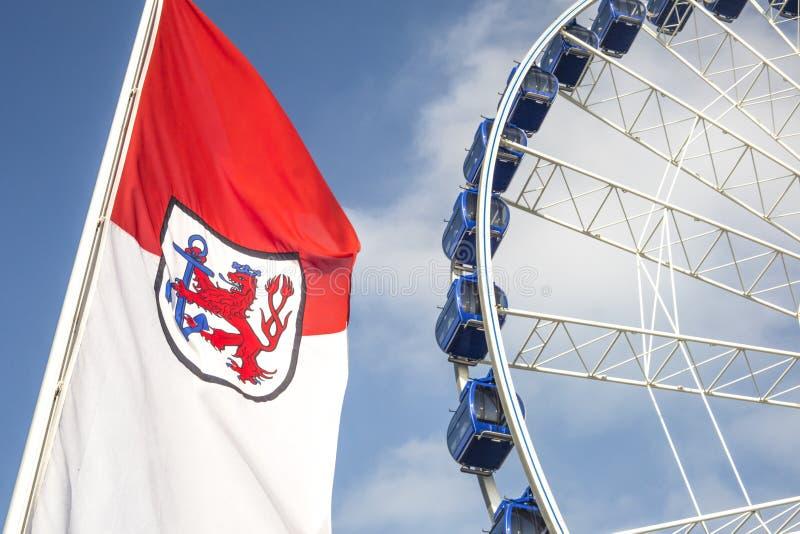 Détail de roue et de drapeau de ferris à Dusseldorf, Allemagne image stock