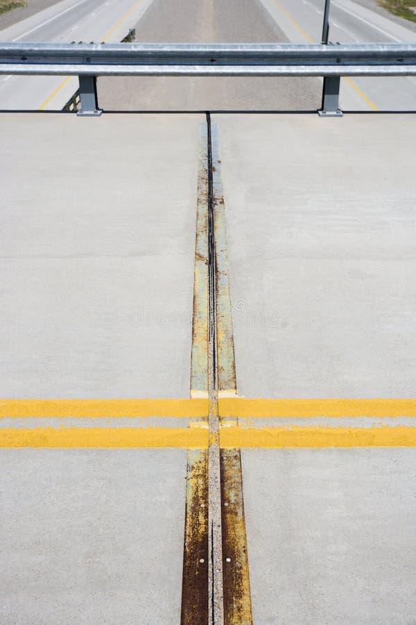 Détail de route avec la ligne jaune. image libre de droits