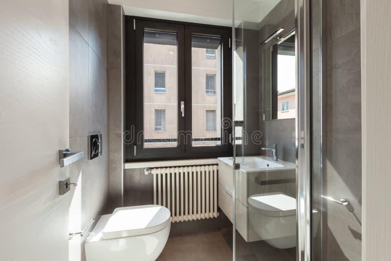 Détail de salle de bains moderne avec de grandes tuiles photo stock