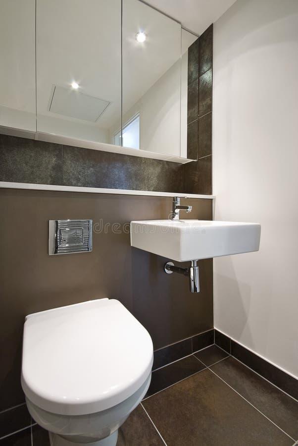 Détail de salle de bains avec la toilette et le lavabo photo libre de droits