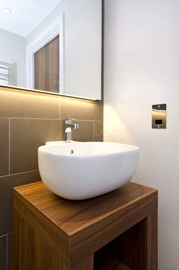 Détail de salle de bains d'un lavabo élégant de main de concepteur avec le woode photos libres de droits
