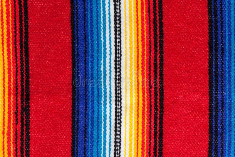 Détail de serape mexicain fait main traditionnel avec des rayures dans des couleurs mexicaines traditionnelles vibrantes photographie stock libre de droits