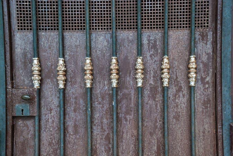 Détail de serrure et de décoration antique de porte photos stock