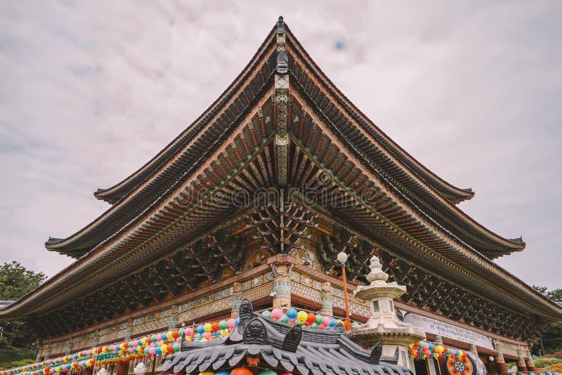 Détail de toit au temple de Yakcheonsa Jeju, Corée du Sud image libre de droits