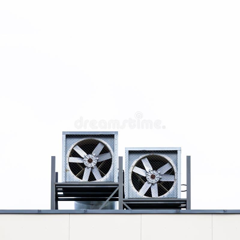 Détail de toit de construction industrielle avec des tuyaux et des ventilateurs de conduit photographie stock
