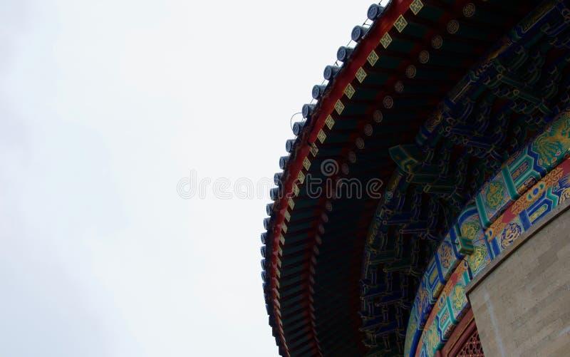 Détail de toit peint fleuri de temple chinois photographie stock
